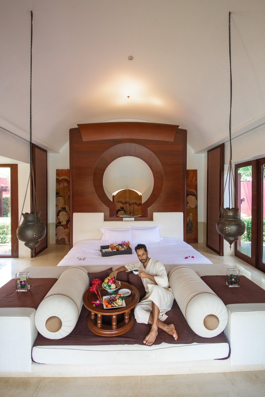 A Royal Villa, a maior do hotel tem proporções grandiosas, piscina privativa, banheiro em mármore e chuveiro e banheira ao ar livre.