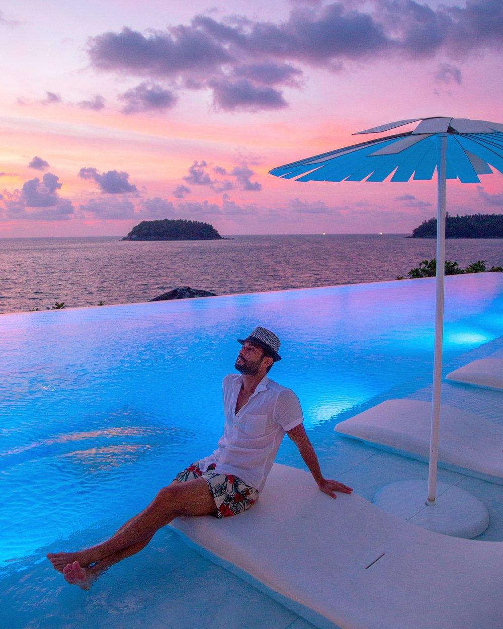 A piscina do Kata Rocks em Phuket é um dos pontos positivos desse hotel super premiado.  O restaurante e bar ficam à beira da piscina. Vale a pena jantar e assistir a esse pôr do sol mágico.