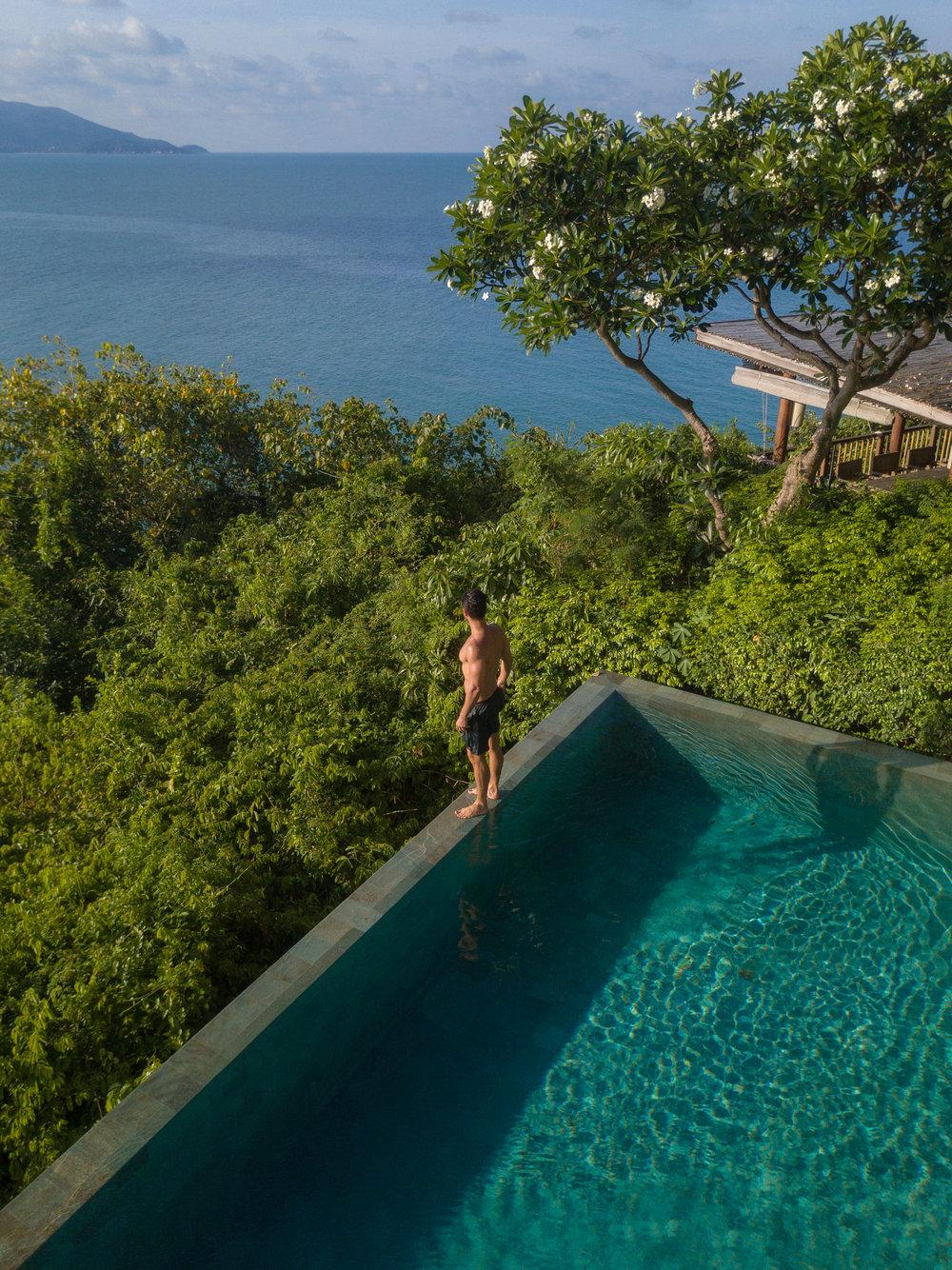 """""""The Retreat"""" a maior Villa do hotel tem essa vista deslumbrante, sala de jantar ao ar livre e piscina debruçada sobre o mar."""