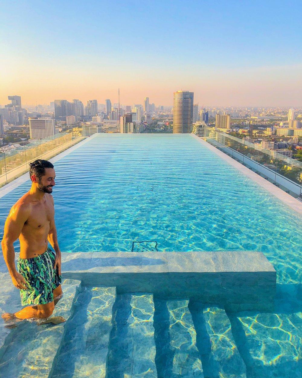 O 137 Pillars Suites and Residences em Bangkok é uma mistura de hotel e apartamentos. Com serviço excelente, decoração elegante, o hotel tem duas piscinas espetaculares em dois andares. A vista da cidade é de tirar o fôlego.