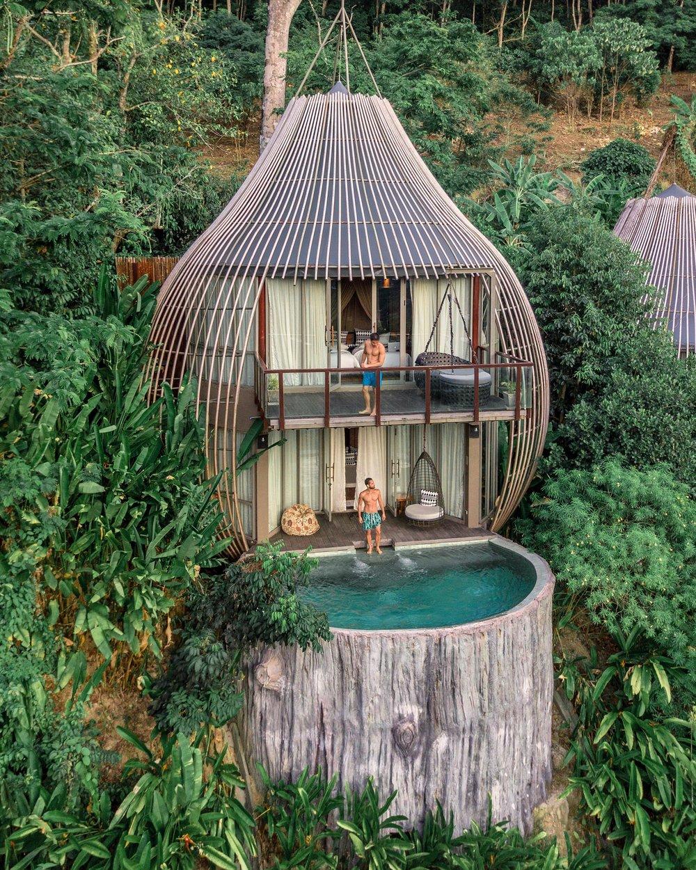 A Tree Pool Villa é uma casa na árvore de dois andares com piscina e design único.