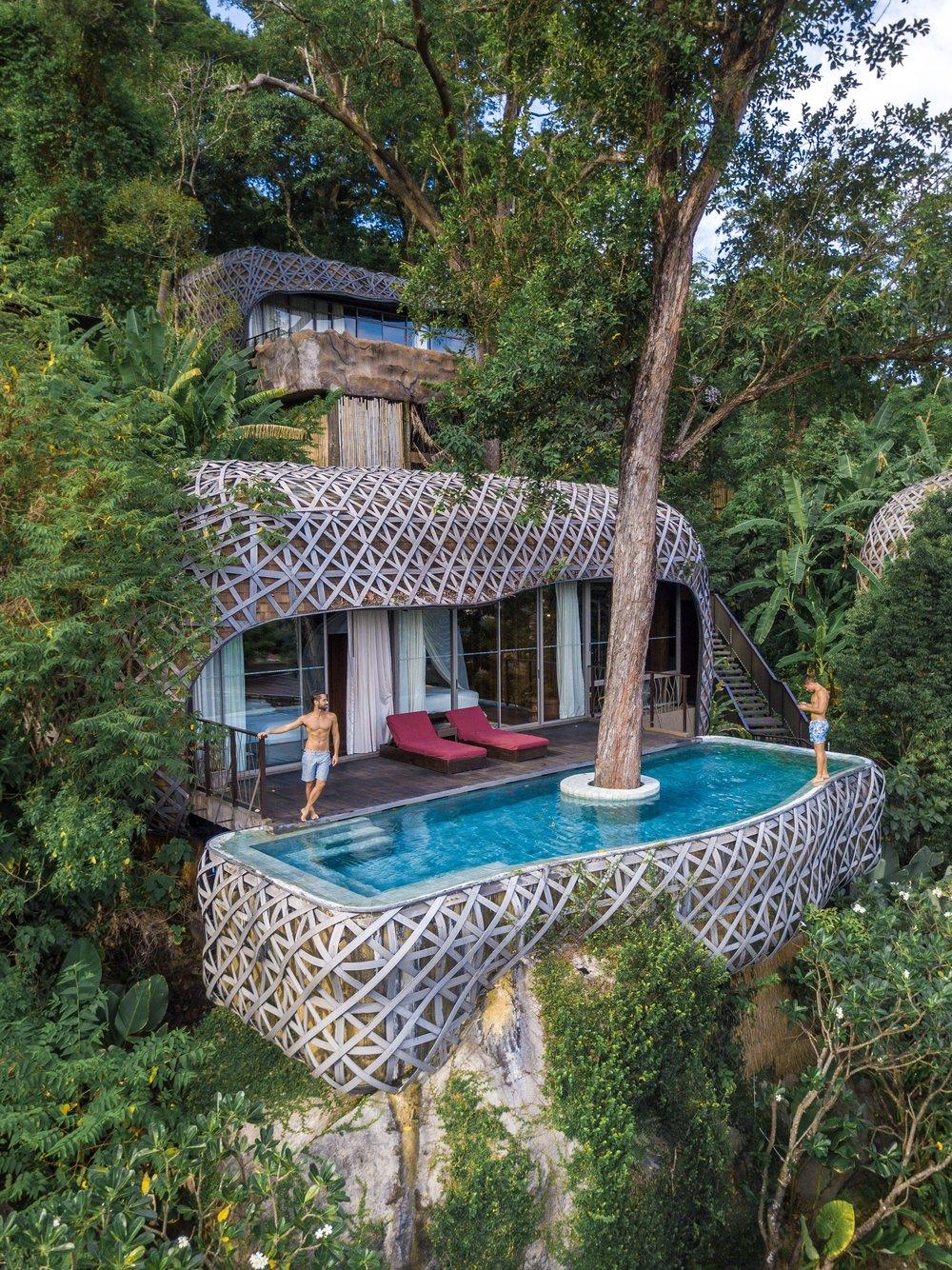 A Bird's Nest Villa talvez seja a mais famosa do hotel que fica localizado em meio à mata na ilha de Phuket. O design lembra um ninho de pássaro.
