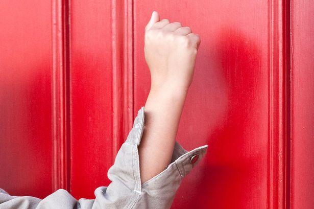 Child-knocking-a-door.jpg
