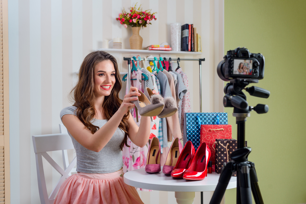 blogger-girl-taking-pictures-fashion-for-business.jpg