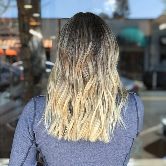 Pulled down the root to create a softer outgrowth with less maintenance 🙌🏽 . . . . . . #hernameismel #meldoeshair #hair #blondehair #blonde #sombre #ombre #colormelt #kemonculture #modernsalon #bkondehairinspo #babylights #rootsmudge #chico #chicocalifornia #chicohair #chicohairstylist #balayageartist #blondehairspecialist #bluntlob #texturewaves #beachwaves #hairstyle