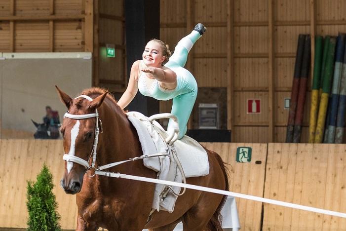 Vikellys on hevosen selässä tapahtuvaa voimistelua. Kuva: SRL/Hanna Heinonen