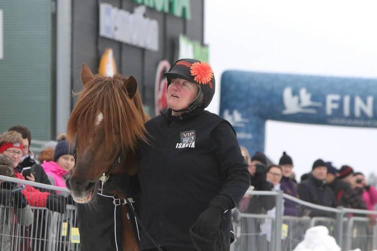 Raviurheilun rakastettu kaksikko, Erikasson ja Bella Varjonen esittäytyivät Lumiravien yleisölle.