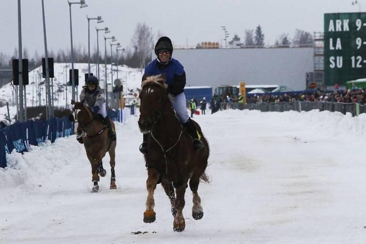 Heidi Kuossari riemuitsi Shakan voitettua Lumiravien monten.