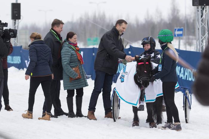 Shetlanninponien sankarit Alba Salma ja Eerika Harala vastaanottivat onnitteluita Lumiraveissa. Kuva: Hanna Heinonen
