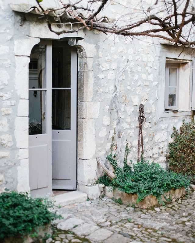 Can't wait to reveal another hidden gem of the French Riviera at the very special Valentines edition of #secretgardensupperclub taking place in Mougins see link in bio to book 👆 🌿🍸 Photo @mayamarechal