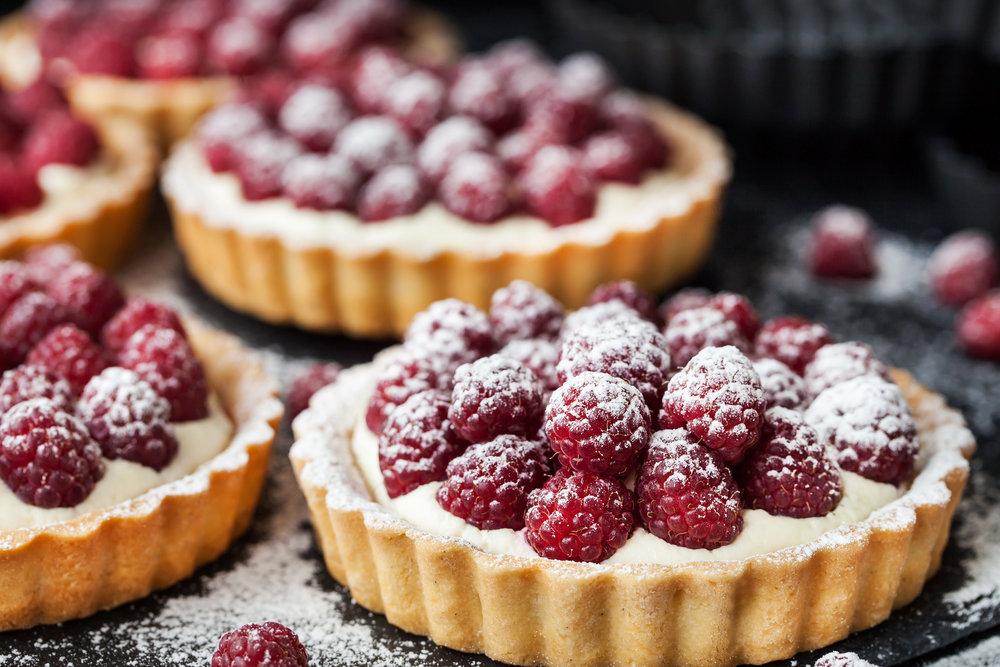 DESSERTS - Gâteau à l'huile de pistache et de brindisa Pêches rôties, chocolat blanc aéréCheesecake fouetté Marquise au chocolat Noix de pin glacées au miel, sablées à la lavande