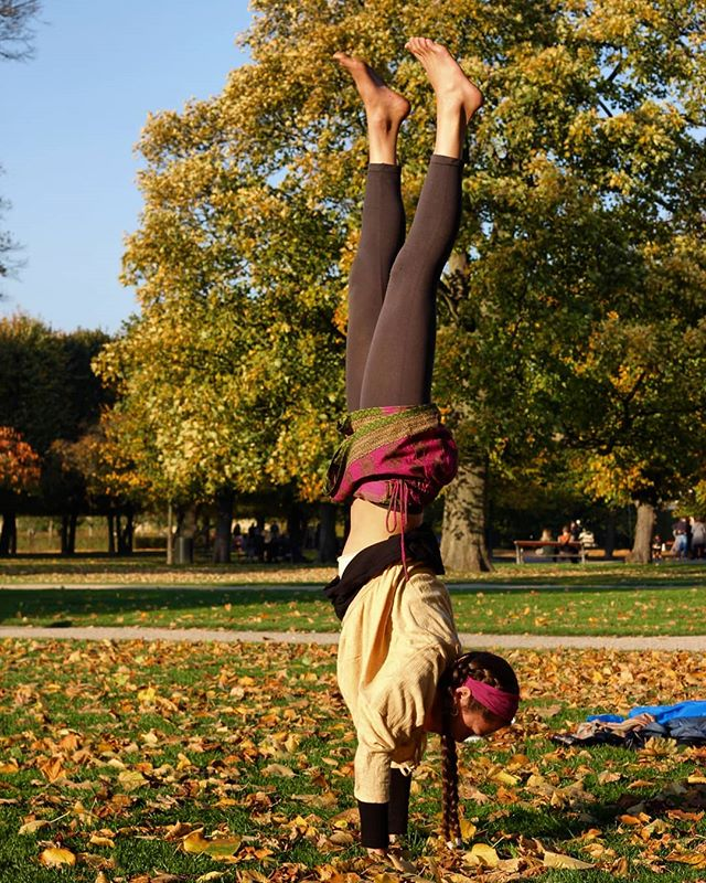 🍁🍂Autumn in the Park Pt III🍂🍃 Thank you @niccinomad for the amazing shots! Just as I was thinking about the fact that I don't have many pictures of myself from my travels a beautiful stranger comes up to me in the park to ask to take some pictures of me doing some yoga moves! Perfect synchronicity 🙏🦋