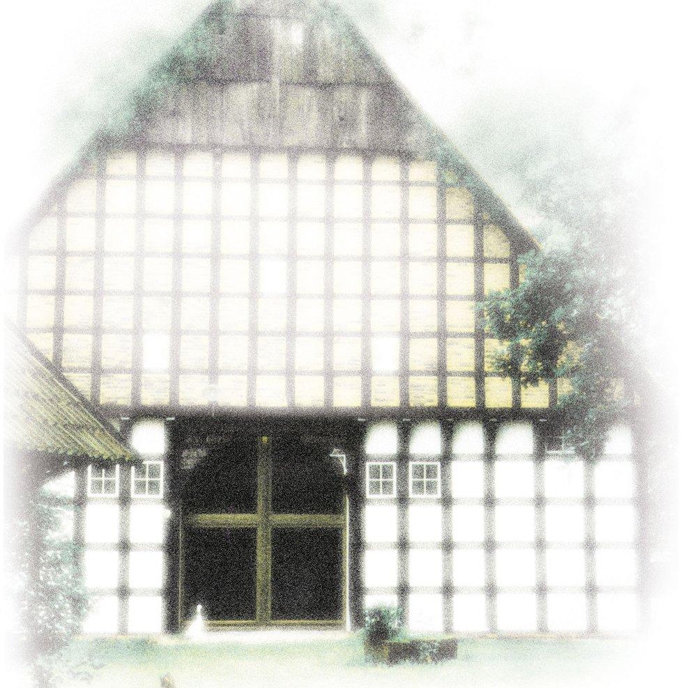 Willkommen auf Hof Laig - Hof Laig ist ein Seminar- und Tagungshaus gelegen am Rand des Teutoburger Waldes. Das unter Denkmalschutz stehende Vierständerhaus von 1808 und das Nebengebäude sind eingebettet in Gärten und Wiesen, mit Blick auf Wäldern und die umliegenden Feldern.Diesen liebenswerten Ort bieten wir Menschen an, die in persönlicher Atmosphäre zusammen kommen, um zu lernen, arbeiten, oder den Alltag hinter sich lassen wollen. Wir wenden uns an Träger der Erwachsenen-/ Weiterbildung, Projektarbeitsgruppen, Veranstalter von Fachtagungen und Seminaren, sowie Selbsterfahrungsgruppen im Bereich Meditation, Yoga und Körperarbeit.In 14 Ein- bis Dreibettzimmern können bis zu 30 Gäste übernachten. Unsere hochwertige Verpflegung basiert auf einem biologisch und vegetarischem Vollwertkonzept.