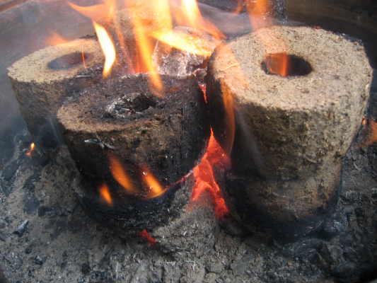 briketten gemaakt van oude cementzakken