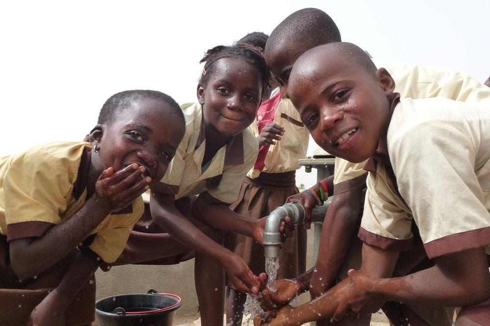 scholieren die het nieuwe waterpunt testen