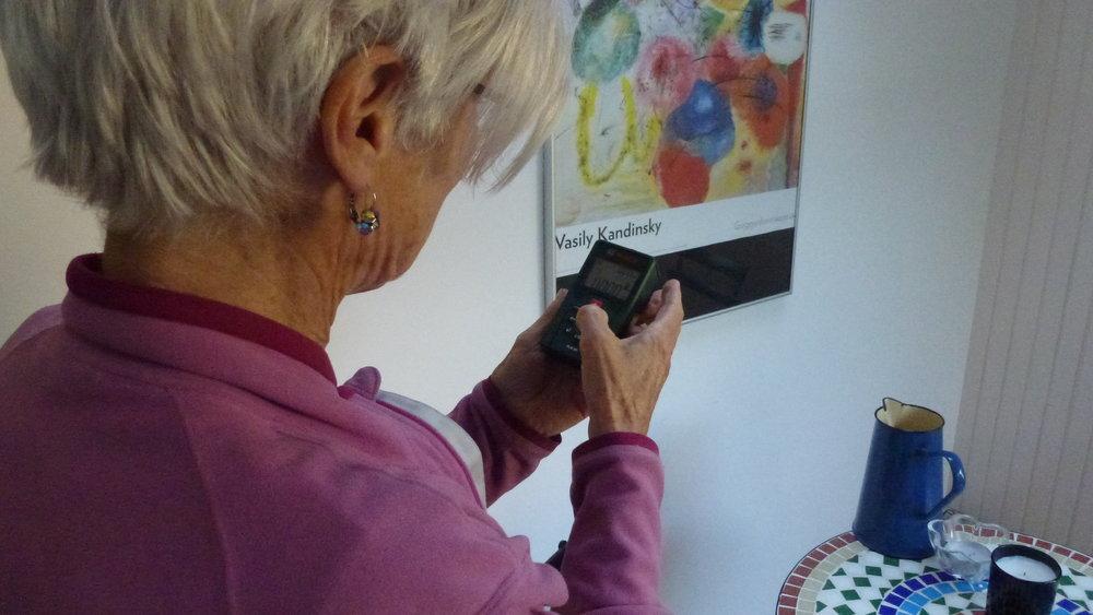 een huiseigenaar verzamelt data voor haar woningplan