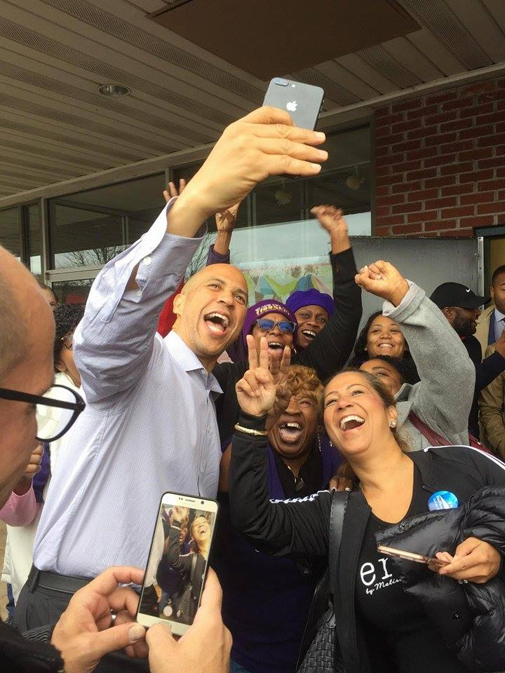 SENATOR CORY BOOKER TAKES A SELFIE WITH MEMBERS OF THE HEALTHCARE WORKERS UNION AS THEY PREPARE TO CANVASS.