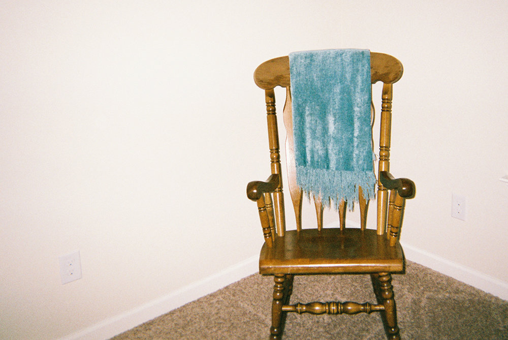 The Rocking Chair of Hope     This rocking chair sits in our future child's nursery. As I rock in this chair, I envision myself holding my daughter or son.      La mecedora de la esperanza   Esta mecedora se encuentra en el cuarto de nuestro futuro bebé. Cada vez que me mezo en ella, me imagino que tengo a nuestra hija o hijo en mis brazos.