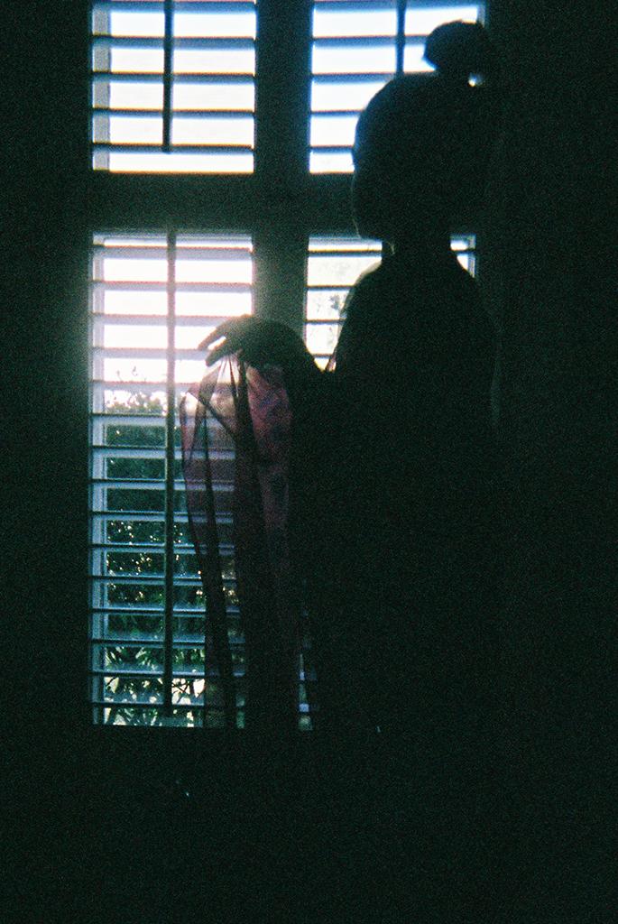 At the Window     Identity.      En la ventana   Identidad.
