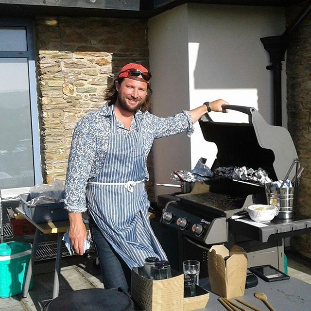 BBQ season is upon us! He may look eccentric but his burgers are irresistible!  Remember our terrace bbq is open every evening from 5pm to 8pm (weather permitting!) #90sthrowback #sunshine #gararock #gararockresort #bbqlovers #salcombelife #devonwalks