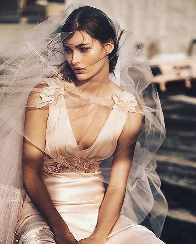 Keep it simple with chic and elegant bridal looks that are always on trend. This piece from @topshop 2017 Bridal is the prefect example of that. Photo: @alique_photography for @vogueparis . . . . . #simple #chic #weddingdress #elegant #sophiscated #topshop #bridalcollection #weddinginspo #vogueparis #bridesuk #bridetobe #bridalbeauty #bridalmakeup #makeupartist #unitedkingdom #australia #kalonartists