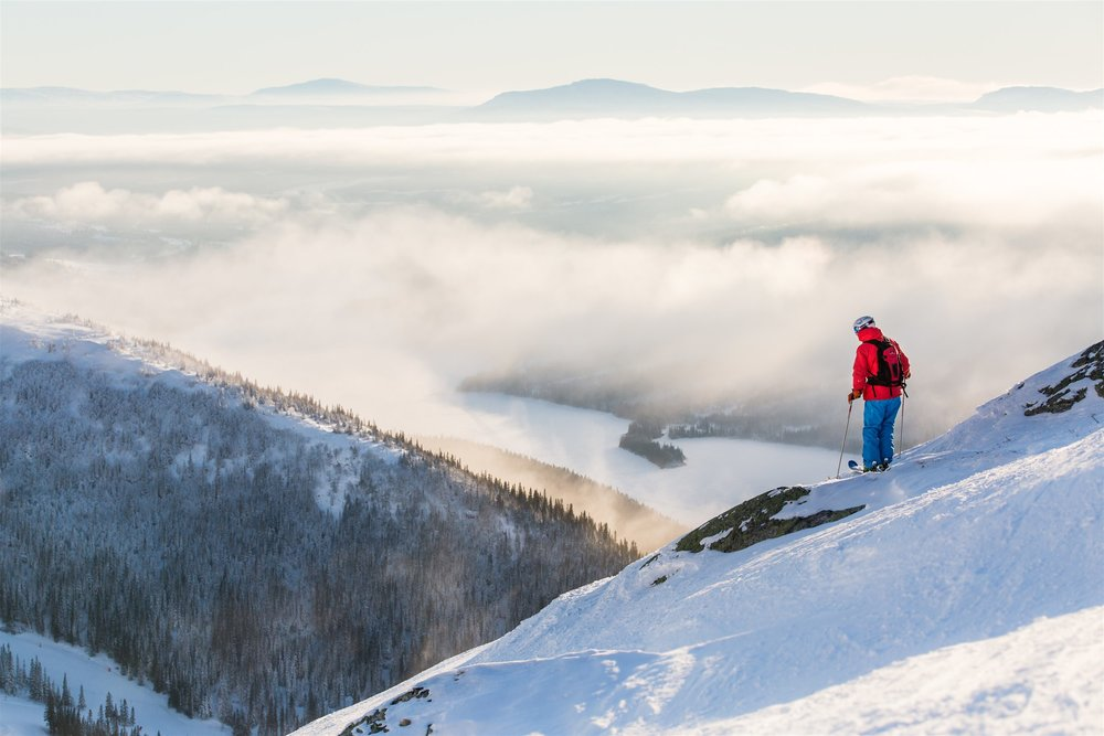 Åre's vertical rise of just under 3,000 vertical feet makes it comparable in continuous, top-to-bottom rise to Snowbasin, UT and Mammoth, CA (or slightly less than Vail, CO and slightly more than Breckenridge, CO).  Niclas Vestefjell |    Jämtland Härjedalen Tourism