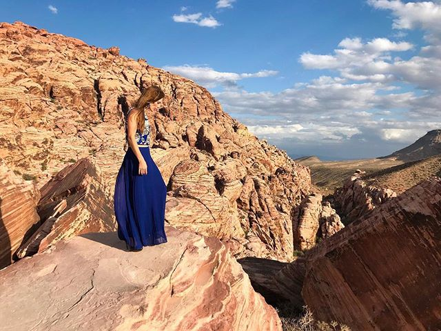 On the way to The Hoover Dam we stopped to enjoy Red Rock Canyon.  It is a place where the red and vanilla ribbons flow into the sky.  When you're standing in the middle of it all, bliss.  Skirt: @goodwillsacnev Top: @freestyleclothingexchange 📷 @justinjones1987  #getoutside #redrockcanyon #nature #sustainablefashion #naturelovers