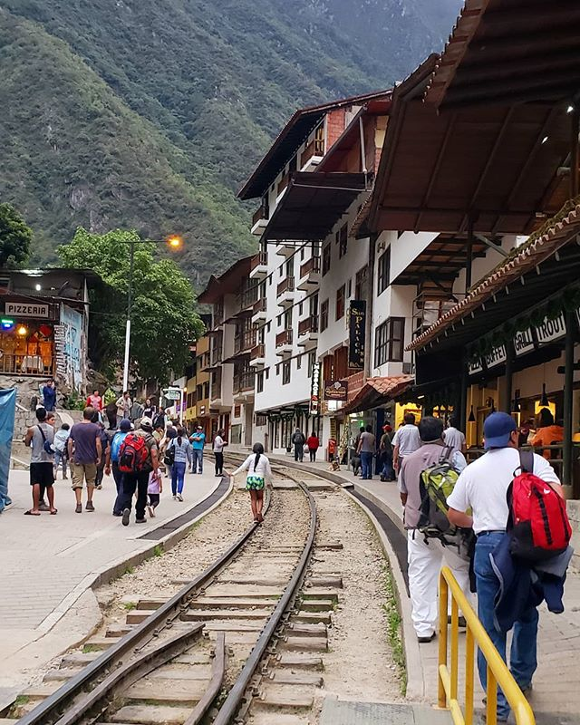 🚈 Aguas Calientes at the base of Machu Picchu was small in size but big on charm. So many shops, restaurants, and locals selling handmade trinkets it was impossible to see it all! • • • • • • • • #limaperu #limaperu🇵🇪 #peru🇵🇪 #travelperu @remoteyear #ryatlas #digitalnomadlife #postcardfrom #alwaystraveling #alwaysbetraveling #wanderlust_tribe #wanderlusters #travellust #amazingplacestovisit #worldpics #travelpost #travelgoal #iamtb #travelbloggeres #digitalnomads #igpassport #nomadiclife #travelprenuer #locationindependent #adventureseeker #digitalnomadlifestyle #machupicchu #aguascalientes #machupicchuperu #traintracks