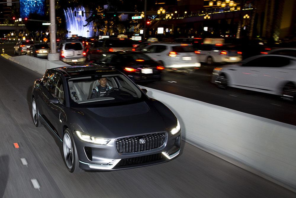 JAGUAR i-PACE ACTIERADIUS - De actieradius van de Jaguar i-Pace is meer dan 500 km op één lading! Door technologie en infrastructuur van openbare oplaadpunten is de actieradius van de Jaguar iPace voor de meeste automobilisten geen probleem. Een dagje erop De jaguar i-pace staat gerant voor een ongekend luxe rijbeleving.Meer Weten? Neem direct Contact op met Serry Hilversum!
