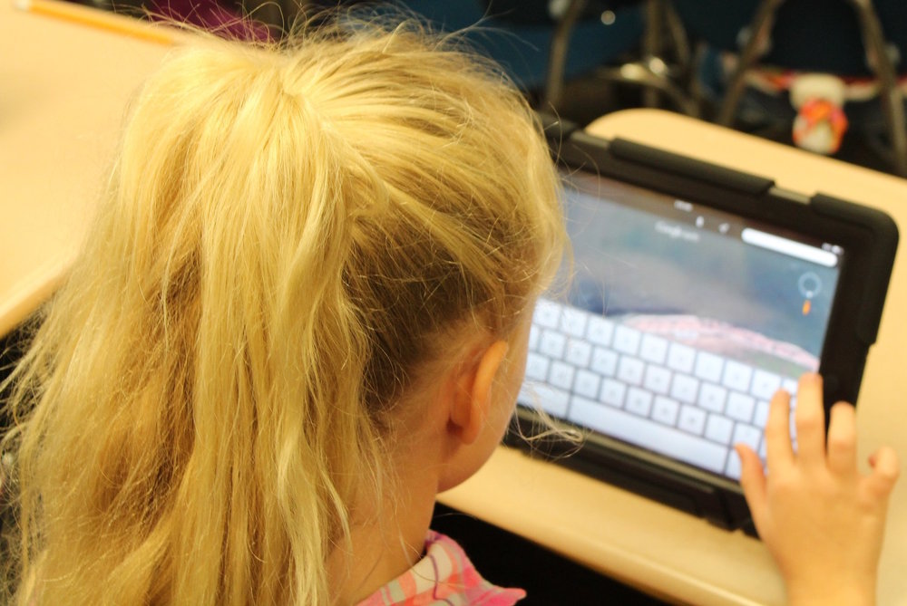 Girl receives language reading comprehension intervention at Canto Speech Therapy Online
