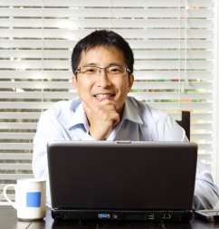 Software engineer in front of computer; improve English pronunciation at Canto Speech Therapy Online