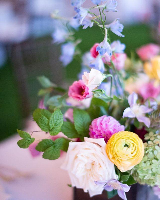 Happy Spring everyone! Love these flowers so much Beautiful flowers @keriannenelsonflora  Perfect photo @jennymoloneyweddings  #northshorewedding  #gardenwedding