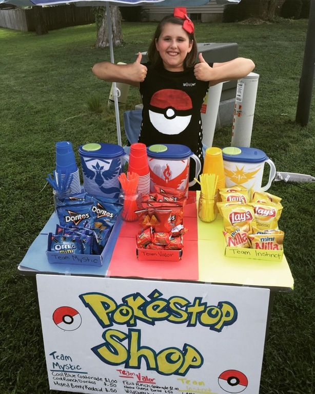 10-year-old entrepreneur Miranda and her Pokéstop Shop in Elizabethtown, KY. Blue, red and yellow DipJars collecting donations, anyone? (Credit: Reddit/Aimeebalamie)
