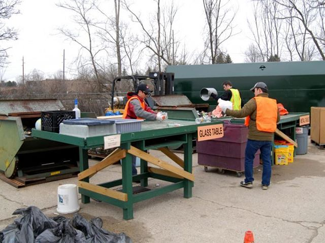 We 💚 our volunteers! • • • #recyclelivingston #gogreen #recycle #michigan #howellmi #livingstoncounty #volunteers