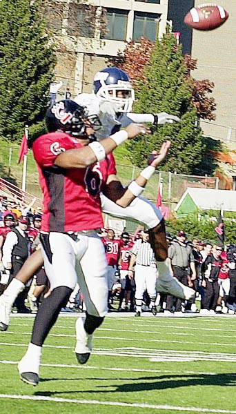 LaDaris Vann grabs a touchdown pass. (Jeff Swinger)