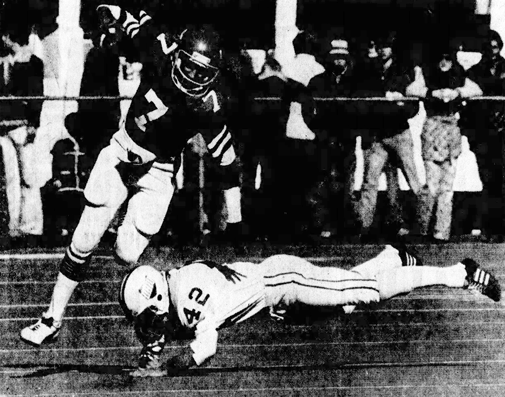 Cincinnati QB Art Bailey scrambles for a short gain. (Enquirer)