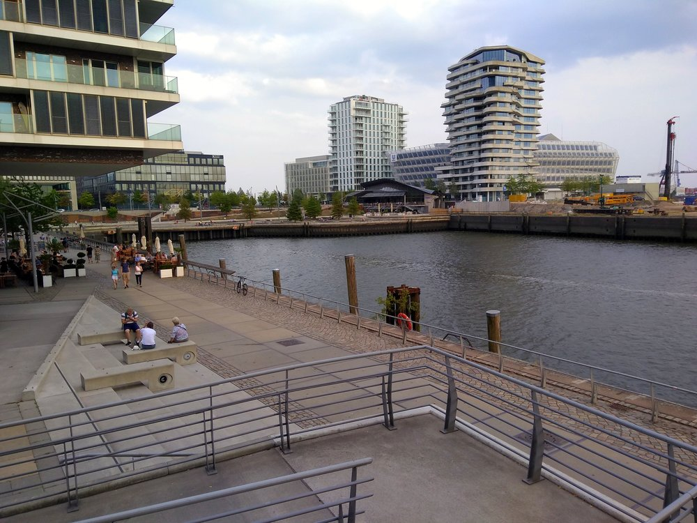 In the Harbor City you can find companies, gastronomy and a long walking promenade along the water, untill you reach the Elbphilharmonie (c) DM