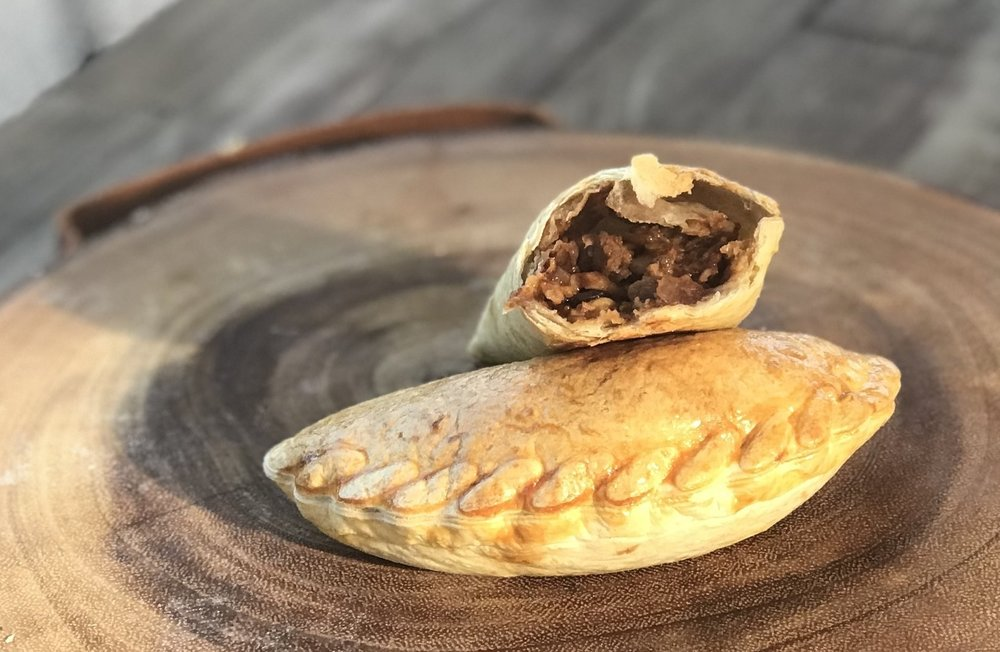em.pa.na.da.s[empəˈnädə] - 1. a Spanish or Latin American baked pastry turnover filled with a variety of savory or sweet ingredients
