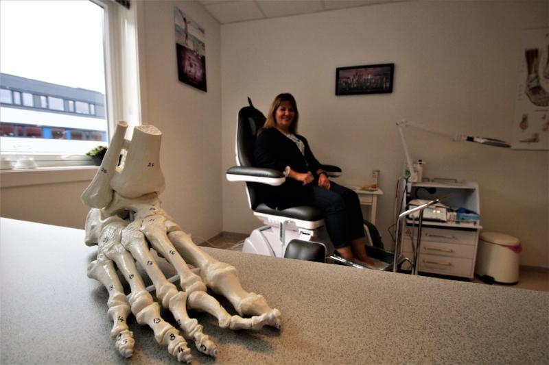 BLE KVITT PLAGENE: Lisbeth Olsen (bakgrunnen) prøvde mange typer behandlinger, men ingenting ga langvarig lindring av smertefull hud under foten.