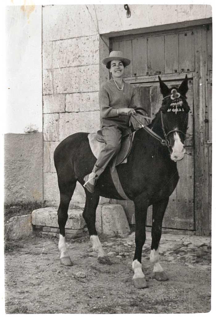 Társila a caballo en la puerta de su bodega