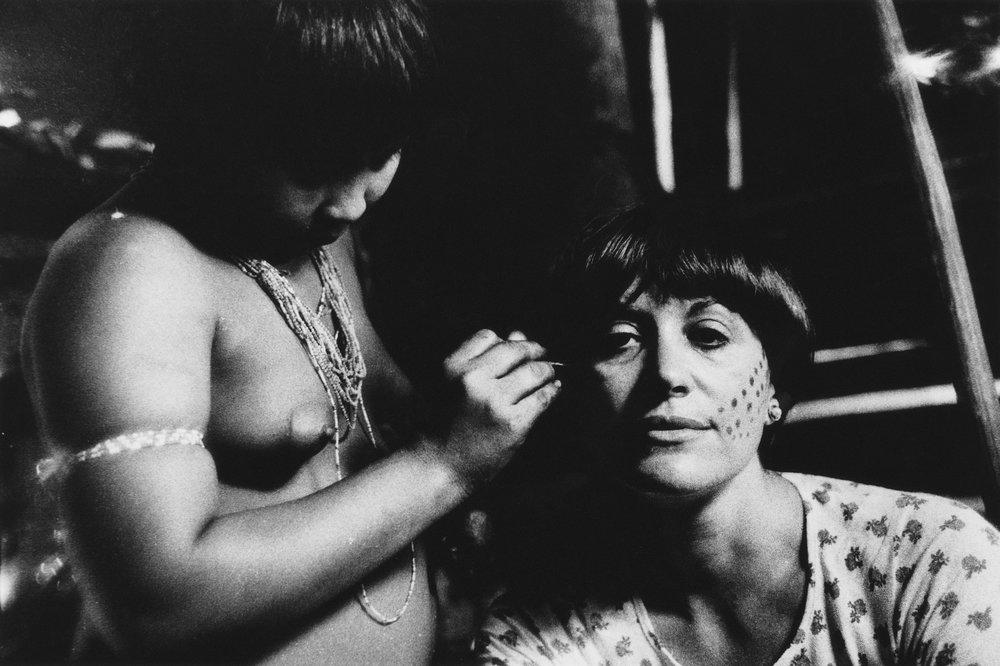 Claudia Andujar no dia a dia dos Yanomami em Roraima, 1976 / Imagem por Carlo Zacquini Acervo pessoal Claudia Andujar