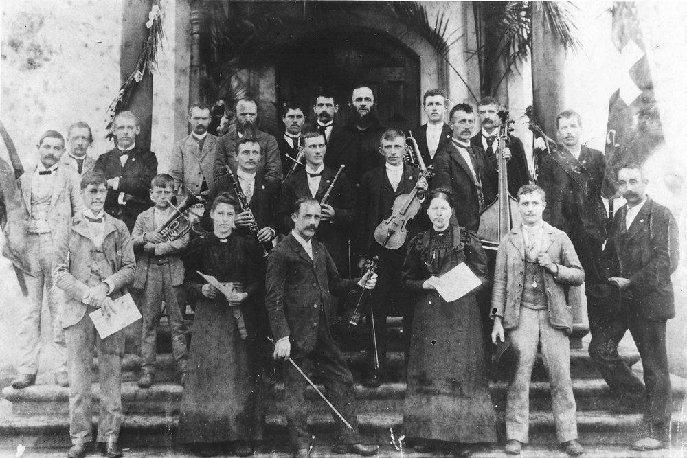 Orquestra se apresenta na consagração da Igreja de Nossa Senhora de Lourdes, 1899  Acervo Igreja de Helvetia