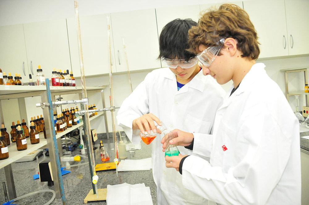 Alunos no laboratório da Escola Suíço-Brasileira de São Paulo  Acervo Escola Suíço-Brasileira de São Paulo