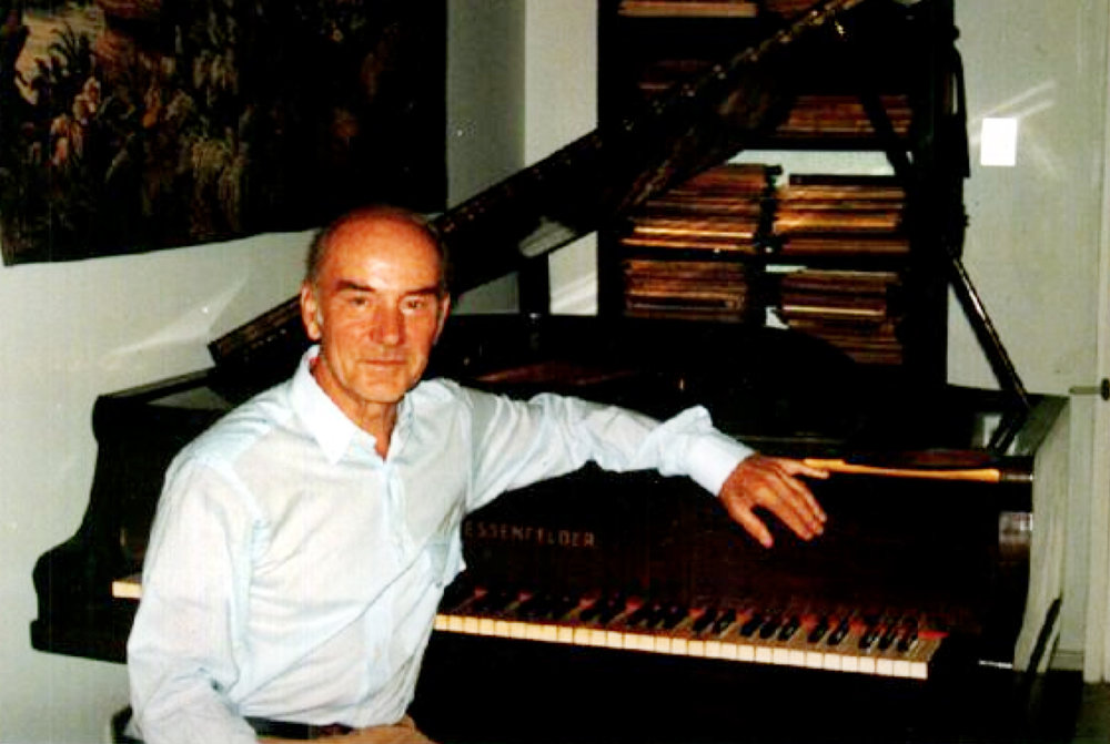 Pierre Klose ao piano, na sua residência. Salvador, 1998
