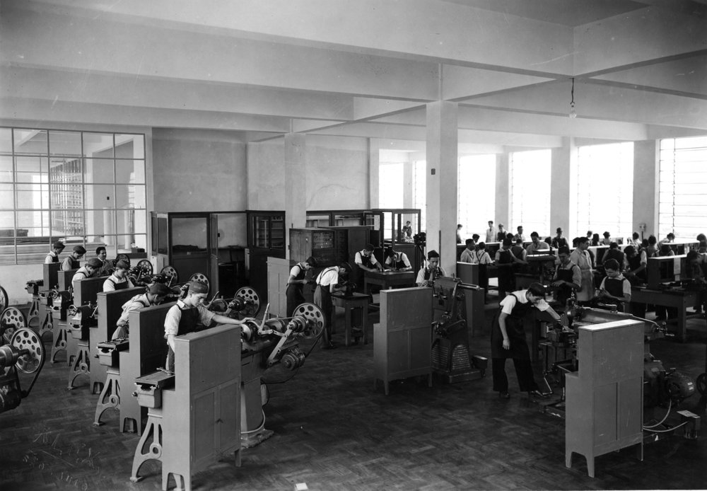 """Interior de oficina de aprendizagem da Escola Senai """"Horácio Augusto da Silveira"""", na Barra Funda, São Paulo, 1945, SENAI – SP Acervo Memória SENAI-SP"""