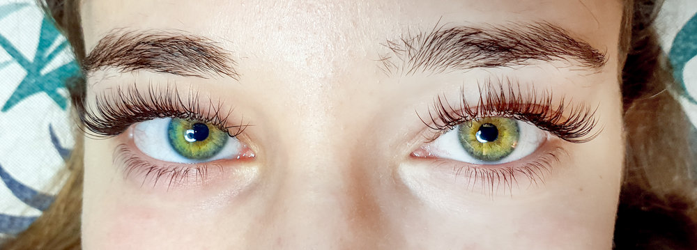 Black/brown Mink lashes are ideal for blondes, brunettes and those that don't want them to be too dark, giving them an even more natural effect.