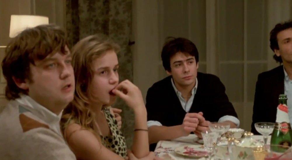 FUN FACT - Pendant le tournage d'une scène où a lieu un repas de famille, Maurice Pialat est entré dans l'appartement et a commencé une improvisation. Dans le scénario, le père devait être mort. N'ayant tenu au courant qu'une personne de l'équipe technique et une actrice (celle de la mère), Maurice Pialat est arrivé au milieu de la scène et s'est mit à jouer, surprenant tous les acteurs.