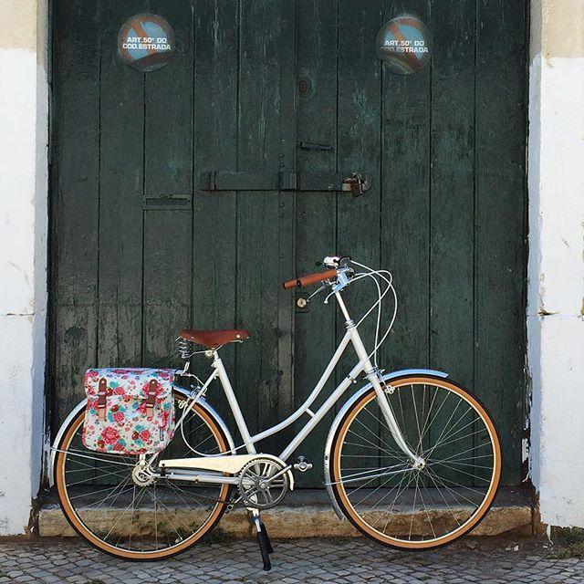 A bicicleta da Carla está no blog. #bicicleta #classicbicycle ##buildmybike #bicicletasunicas #igualaestaninguemtem #cycling #urbancycling #ciclismourbano #bi
