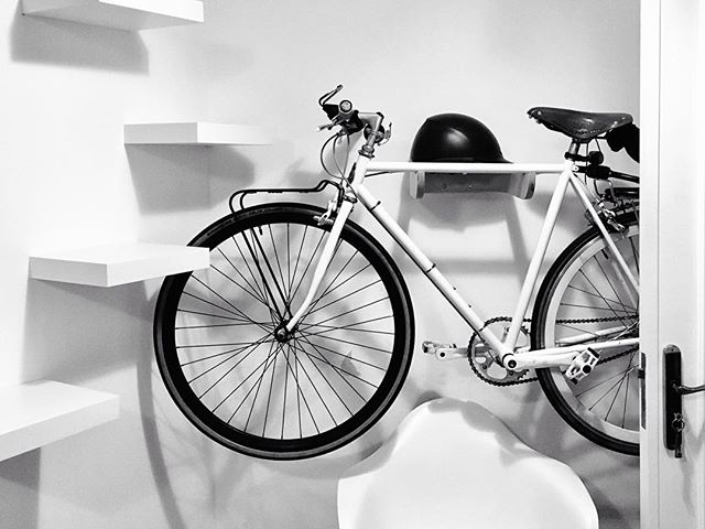 O Miguel veio buscar o seu suporte #paumarceneiros e mandou-nos esta foto para partilhar a sua satisfação com o resultado. Ficou mesmo bem ali logo ao lado das escadas dos gatos 😉🙌 #buildmybike #suportesparabicicleta #paumarceneiros #bicicletas #cyclinglife #urbancyclist #bicicletasnaparede