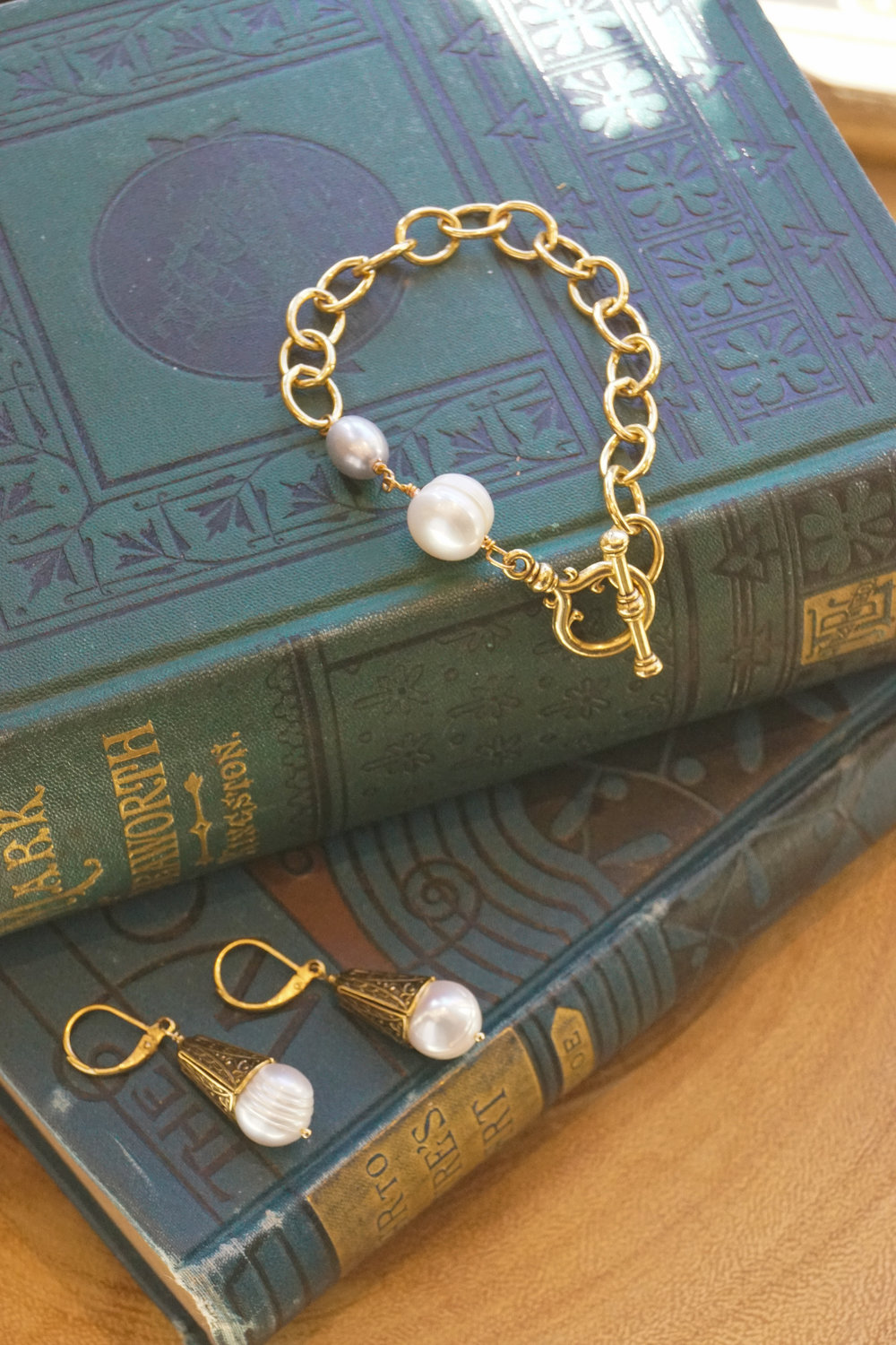 chunky gold chain bracelet with pearl and toggle and pearl earring